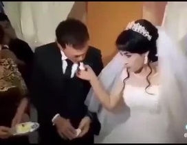 Clip: Cô dâu ăn tát vì trêu đùa chú rể trong đám cưới