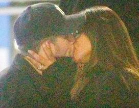 Hoa hậu thế giới say đắm hôn chồng kém 10 tuổi