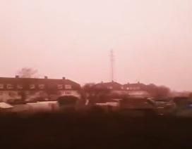 Kỳ quái hiện tượng sương mù màu hồng ở Anh