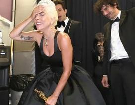 Lady Gaga khóc như mưa sau khi nhận giải Oscar