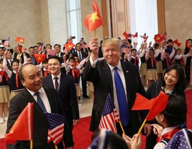 Tổng thống Donald Trump vẫy cờ Việt Nam khi gặp Thủ tướng Nguyễn Xuân Phúc