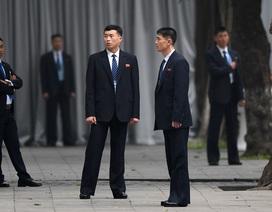 """Đội vệ sĩ Triều Tiên đứng nghiêm """"như người máy"""" bên ngoài khách sạn Metropole"""