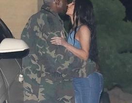 Kim Kardashian diện cây đồ Jeans đi ăn cùng chồng