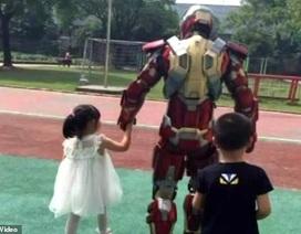 """Cảm động người cha hóa thành """"siêu anh hùng"""" vì con gái"""