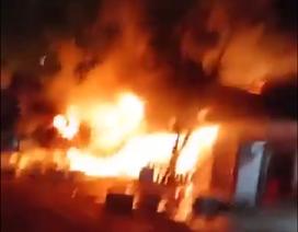 Cháy lớn thiêu rụi 3 căn nhà, 1 người tử vong