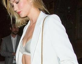 """Karlie Kloss diện áo vest """"phô"""" nội y"""