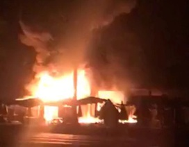 Cháy chợ lúc rạng sáng, 30 ki ốt bị thiêu rụi
