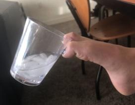 """""""Cười té ghế"""" với trào lưu ảnh """"cách tệ nhất để bạn cầm một cốc nước"""""""