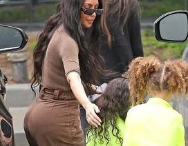 Kim Kardashian cùng chồng con tới nhà thờ