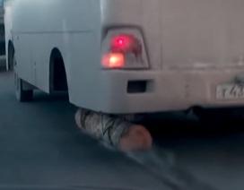 Choáng với hình ảnh xe buýt dùng thân cây gỗ thay cho một bánh xe