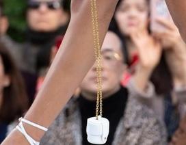 Túi xách nhỏ bằng bao diêm giá gần 12 triệu đồng: Chả biết dùng làm gì