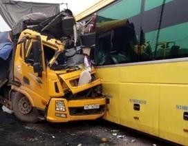 """Xe khách """"đấu đầu"""" xe tải, người dân phá cửa xe cứu 2 tài xế kẹt trong cabin"""