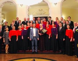 Đại sứ Thụy Điển ngẫu hứng hát cùng dàn đồng ca