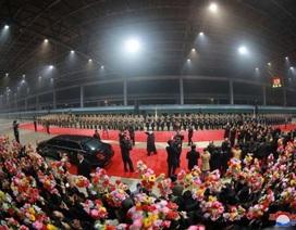 Người Triều Tiên cờ hoa rực rỡ đón ông Kim Jong-un sau chuyến thăm Việt Nam