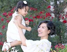 Vũ Cẩm Nhung vui đùa cùng con gái trong biệt thự kiểu Pháp giá triệu đô