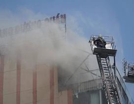 Cháy nhà hàng cao tầng ở trung tâm quận 1, khói bốc cao mù mịt