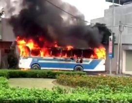 Xe chở công nhân phát nổ rồi cháy rụi