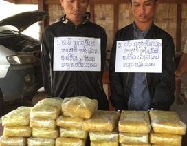 Bắt 2 nghi phạm người Lào mang súng ngắn, vận chuyển 118.000 viên ma túy