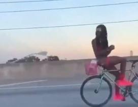 """Người đàn ông gần như khỏa thân đi xe đạp ngược gây """"bão"""" mạng xã hội"""