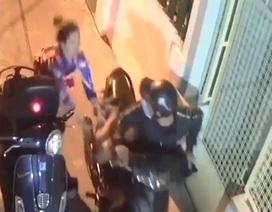 Tên cướp đạp ngã nạn nhân, dùng hung khí tấn công cảnh sát hình sự
