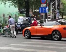 """""""Sốt"""" video tài xế BMW đẩy xe lăn giúp cụ ông sang đường ở Sài Gòn"""