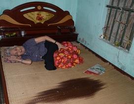Khốn cảnh con gái hơn 60 tuổi tật nguyền chăm mẹ già trong căn nhà sắp sập