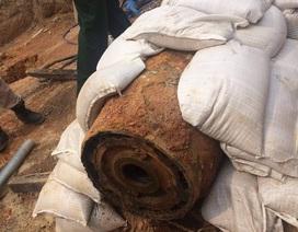 """Tháo ngòi nổ cho quả bom """"khủng"""" nặng 343 kg ngay tại nơi phát lộ"""
