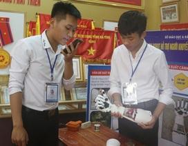 Hai nam sinh lớp 12 chế tạo cánh tay robot điều khiển bằng giọng nói