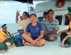 Cứu 8 ngư dân bị chìm tàu, kêu cứu trên biển