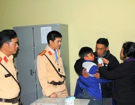 CSGT Hà Nam giúp cháu bé đi lạc từ Thái Bình về với gia đình
