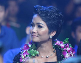 Hoa hậu H'Hen Niê rơi nước mắt trong lễ vinh danh 10 Gương mặt trẻ tiêu biểu 2018