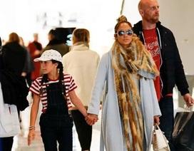 Jennifer Lopez sành điệu cùng con gái đi mua sắm