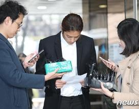 Jung Joon Young cúi đầu xin lỗi và bật khóc khi tới tòa án
