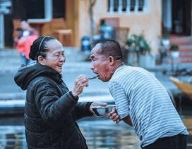 Người mẹ 60 năm chạy theo đút cơm cho con
