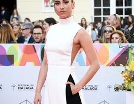 Nữ diễn viên Tây Ban Nha được khen với trang phục như áo dài cách điệu