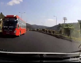 """Hãi hùng chiếc xe khách chạy ngược chiều, lao """"vun vút"""" trên cao tốc"""