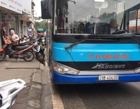 """Hà Nội: Xe buýt """"ép"""" người đi xe máy nhảy lên vỉa hè, tài xế xuống xe quát mắng?"""