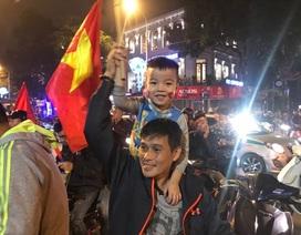Người dân đổ xuống đường mừng đội bóng U23, Hà Nội quây phố đi bộ