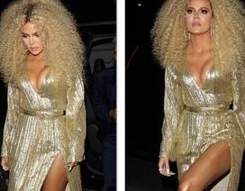 """Khloe Kardashian """"lộ"""" ngực khủng, chân dài"""