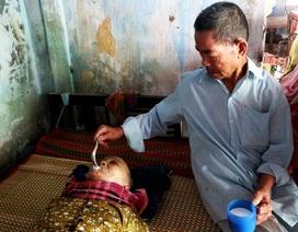 Khốn khổ hoàn cảnh cụ ông mắt mù lòa chăm vợ nằm liệt giường