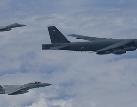 """""""Pháo đài bay"""" B-52 của Mỹ diễn tập trên biển Hoa Đông"""