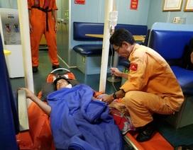 Cấp cứu khẩn cấp thuyền viên bị thương nặng ở cổ