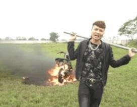 Công an đang xác minh video Khá Bảnh đốt xe máy