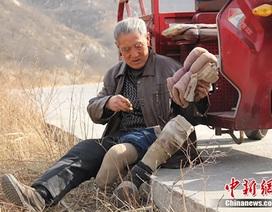 Cụ ông cụt chân kiên trì lên núi suốt 19 năm để… trồng cây