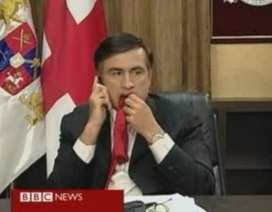Cựu Tổng thống Gruzia tiết lộ lý do nhai cà vạt giữa lúc chiến sự nóng bỏng