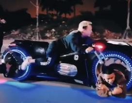 Chơi ngông chở hai người nằm trong bánh xe Tron Light Cycle tiền tỉ