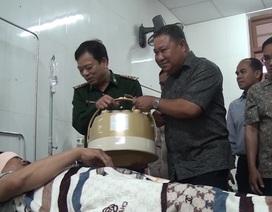 Giám đốc An ninh Lào thăm chiến sĩ biên phòng Việt Nam bị thương trong chuyên án bắt ma túy