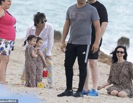 Rocker 72 tuổi cùng vợ trẻ, con thơ đi chơi ngoài biển