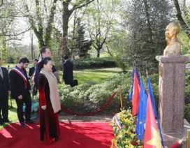 Chủ tịch Quốc hội đặt hoa tại Tượng đài Chủ tịch Hồ Chí Minh ở thành phố Montreuil, Pháp