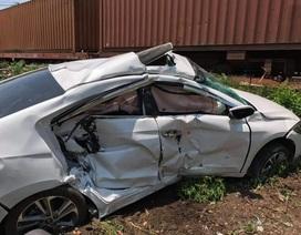 Ô tô bị tàu tông văng hơn chục mét, 3 người trên xe trọng thương